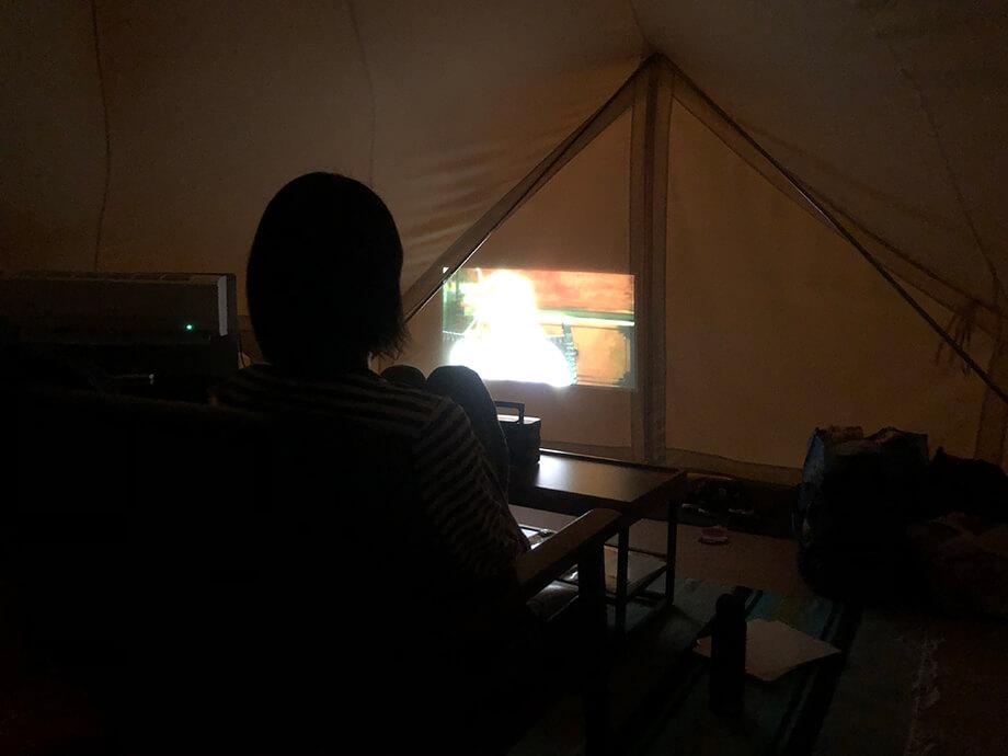 キャンプでプロジェクター利用して映画鑑賞